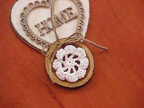 Darčeky pre svadobčanov - Darček pre hostí, menovka, magnetka - s háčkovaným kvetom - 8371058_