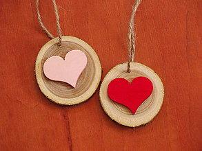 Darčeky pre svadobčanov - Drevené ozdoby so srdcom - darček pre hostí, menovka, magnetka - 8371072_