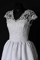 Šaty - Svadobné šaty z korálkovej krajky a veľkou sukňou - 8372811_
