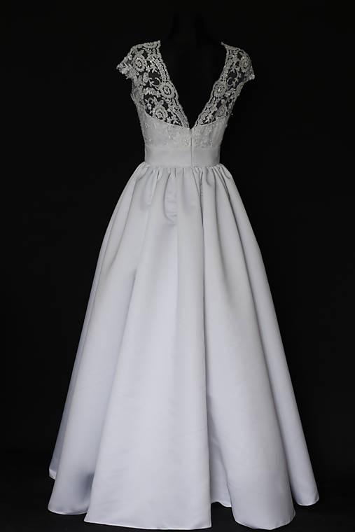 671c30252e8e Svadobné šaty z korálkovej krajky a veľkou sukňou   Dyona - SAShE.sk ...