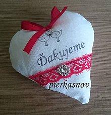 Darčeky pre svadobčanov - srdiečka s levanduľou s červenou čipkou - 8379947_