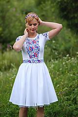 - Maľované folk biele šaty s krátkym rukávom... - 8380204_
