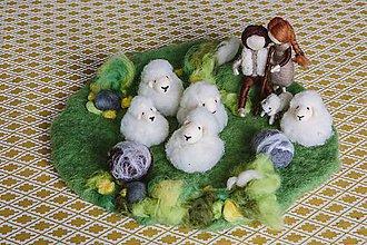 Hračky - Hracia podlžka z ovčej vlny- lúka s pastierom a ovečkami - 8386320_