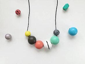 Náhrdelníky - Drevené korálky - farebný náhrdelník - 8386335_
