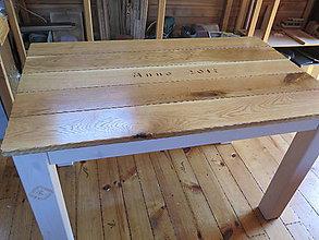 Nábytok - Drevený stôl s rezbou, patina biela - 8396428_