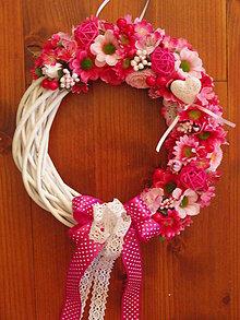 Dekorácie - Cyklamenovo-ružový veniec so srdiečkom - 8395467_