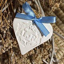 Darčeky pre svadobčanov - Keramické srdiečka s iniciálami - 8401714_