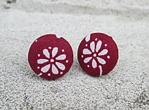 Náušnice - Náušnice napichovačky bordové s bielym kvietkom - 8405731_