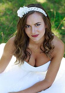 Ozdoby do vlasov - Biela svadobná makramé čelenka s kvetmi - 8415311_