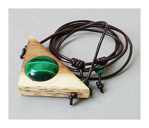 Náhrdelníky - Malachit v drevenom trojuholníku - 8419012_