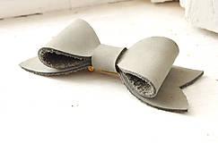 Odznaky/Brošne - Kožená brošňa mašľa, malá - 8421956_