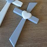 Dekorácie - Sivý kríž s bielym srdcom - 8419711_