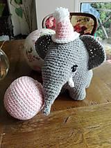 Hračky - Súprava slonica Ellie s čiapkou a loptičkou - 8429455_