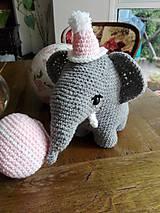 Hračky - Súprava slonica Ellie s čiapkou a loptičkou - 8429456_