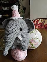 Hračky - Súprava slonica Ellie s čiapkou a loptičkou - 8429457_