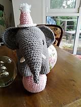 Hračky - Súprava slonica Ellie s čiapkou a loptičkou - 8429458_
