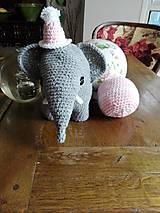 Hračky - Súprava slonica Ellie s čiapkou a loptičkou - 8429460_