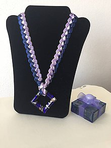 Náhrdelníky - Náhrdelník zo saténových stužiek s príveskom v tvare štvorca - 8438277_