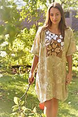 JA NIE, LUPENE ROZHODNÚ - originálne šaty z béžového ľanu s kvetinovým vzorom a aplikáciou z bavlny.