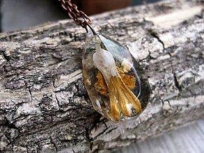 Náhrdelníky - Slzička s kvietkami - živicový náhrdelník (Živicová slza s horčicovo žltými kvietkami menšia- náhrdelník č.1160) - 8448977_