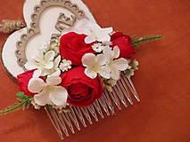 - Červeno biely hrebienok s ružami a hortenziou - 8448667_
