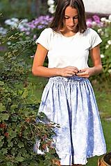 Bavlnená originálna sukňa z džínsovej látky modrej farby s jemným kvetinovým vzorom.
