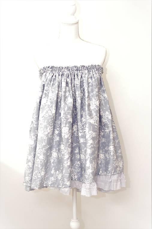 Bavlnená originálna sukňa z džínsovej látky modrej farby s jemným kvetinovým  vzorom. 4cb4519ea15