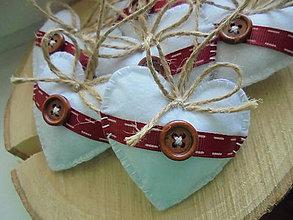 Dekorácie - Malé srdiečka s bordovou stuhou - 8458072_