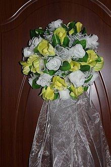 Dekorácie - Svadobná guľa z ruží na dvere bielo-zelená - 8469481_
