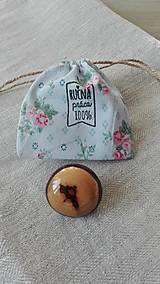 Odznaky/Brošne - Drevená brošňa - pusinka v čokoláde - 8467637_