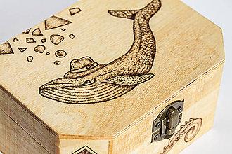 Krabičky - Drevená krabička s Veľrybou v klobúku - 8469693_