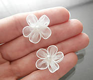 Náušnice - Biele kvetinové náušnice s perličkou - napichovačky - 8473193_