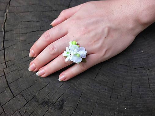 bílý květinový prstýnek