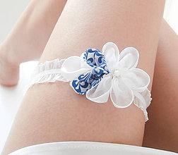 Bielizeň/Plavky - Biely kvetinový svadobný podväzok s modrotlačou a perličkou svetlý (folk, ink blue) - 8479464_