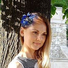 Ozdoby do vlasov - Fascinátor v parížskej modrej s pierkami - 8483952_