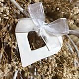 Darčeky pre svadobčanov - Keramické srdiečka s mašličkou - 8482876_