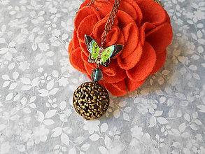 Náhrdelníky - Jesenný motýlik (prívesok s retiazkou) - 8486618_