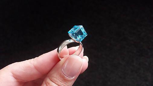 Strieborný prsteň s kryštálom Swarovski Elements Cube Aquamarine ... 2c438bc76ab