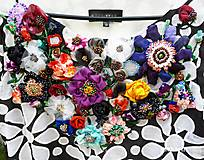 Kvetinová hodvábna 3D výšivka na šatách