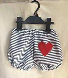 Detské oblečenie - Gaťušky pásikavé s červeným srdiečkom - 8508863_