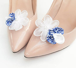 Obuv - Biele kvetinové klipy na topánky s modrotlačou a perličkou (folk) - 8506174_