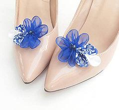 Obuv - Kráľovsky modré kvetinové klipy na topánky s modrotlačou a perličkou (folk) - 8506189_