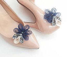 Obuv - Tmavomodré slonovinové ivory kvetinové klipy na topánky s modrotlačou a perličkou (folk) - 8507713_