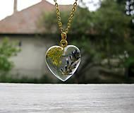 Náhrdelníky - Srdiečko s kvietkami - živicový náhrdelník (Živicové srdiečko s levanduľou menšie- náhrdelník č.1216) - 8506558_