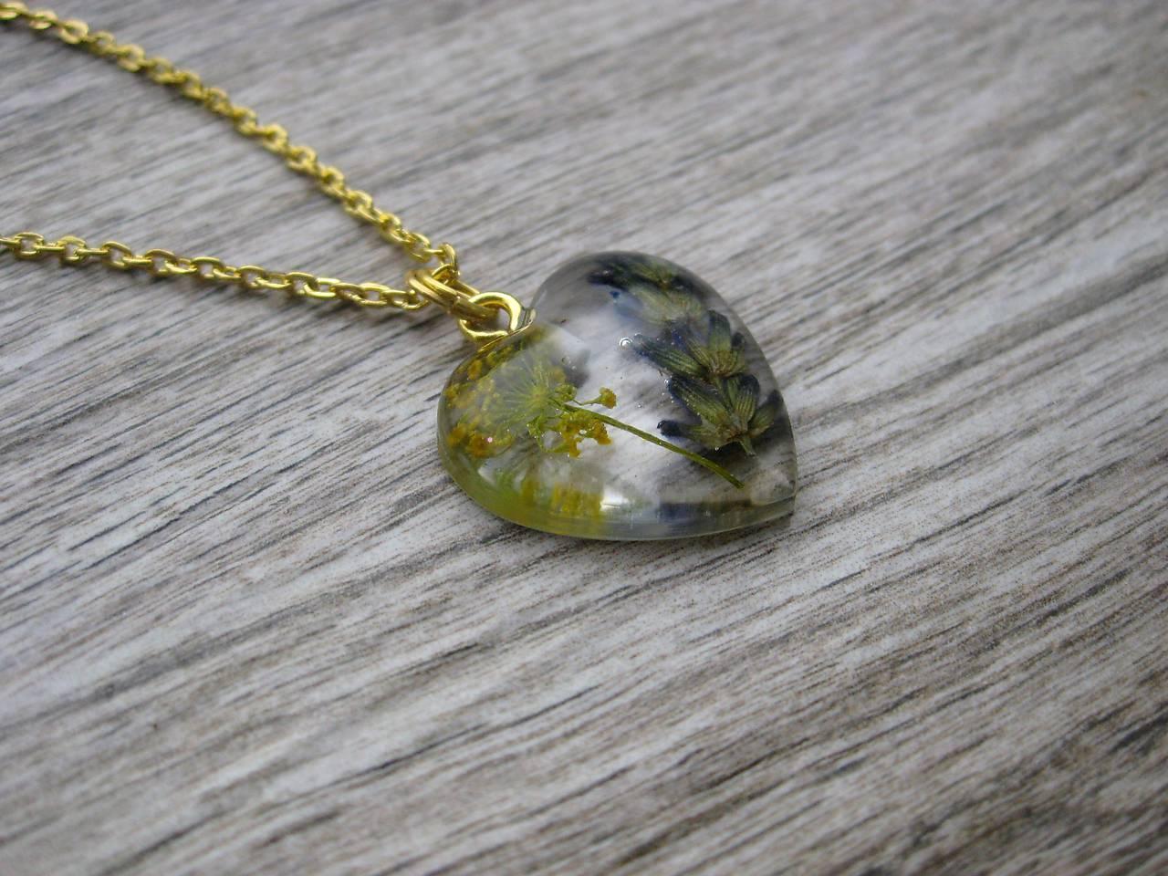 b3d9a1909f3c ... Náhrdelníky - Srdiečko s kvietkami - živicový náhrdelník (Živicové  srdiečko s levanduľou menšie- náhrdelník ...