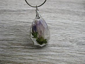 Náhrdelníky - Slzička s kvietkami - živicový náhrdelník (Živicová slza s fialovým kvietkom menšia- náhrdelník č.1212) - 8506292_