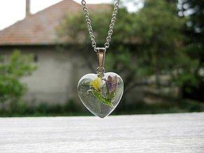 Náhrdelníky - Srdiečko s kvietkami - živicový náhrdelník (Živicové srdiečko s kvetmi menšie- náhrdelník č.1221) - 8506761_