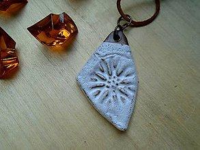 Náhrdelníky - Amulet biely - 8513897_