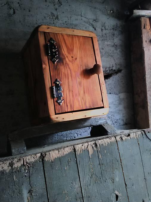 Nábytok - Príbeh dreveného trezoru - 8516664_