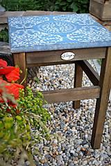 - Modrý stolík s ornamentom - 8522636_